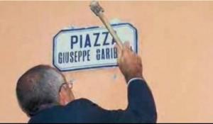 Picconamneto della targa di Piazza Garibaldi a Capo d'Orlando