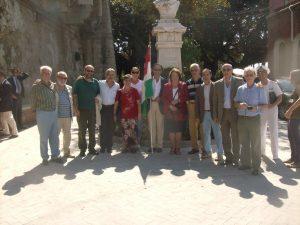 Foto di gruppo di alcuni partecipanti al corteo al Foro Italico di Siracusa davanti al monumento di Garibaldi. Accanto ad Anita Garibaldi, con la bandiera, l'avvocato Corrado Giuliano.
