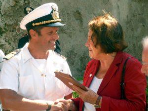Un rappresentante della Capitaneria di porto offre un omaggio ad Anita Garibaldi.